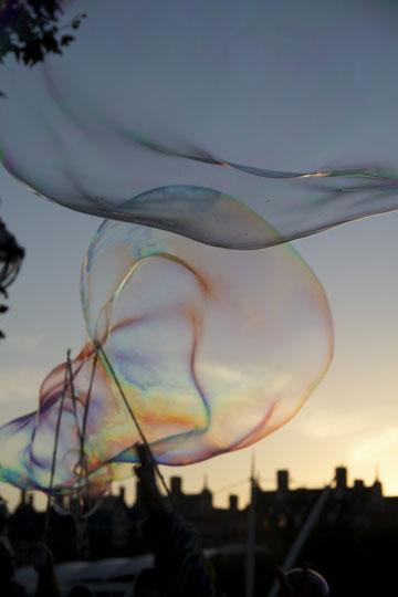 ליצירת בועות קטנות יותר אפשר להסתפק במקלות אכילה או ענפים (צילום: thinkstock)