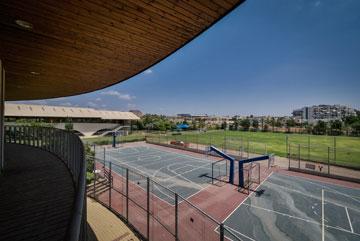 מגרשי הטניס על רקע שדות השרון (צילום: איתי סיקולסקי)