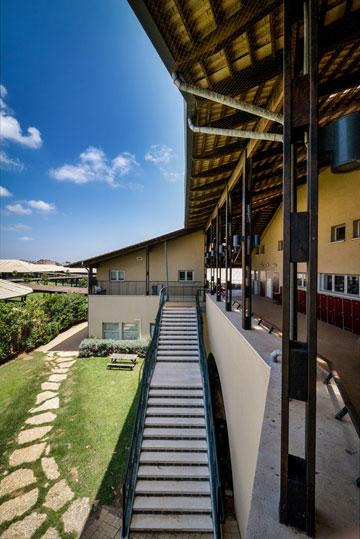 מראה חריג בנוף בתי הספר הישראליים (צילום: איתי סיקולסקי)