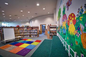 בספרייה של בית הספר (צילום: איתי סיקולסקי)