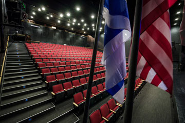 דגלי ארה''ב וישראל באודיטוריום (צילום: איתי סיקולסקי)
