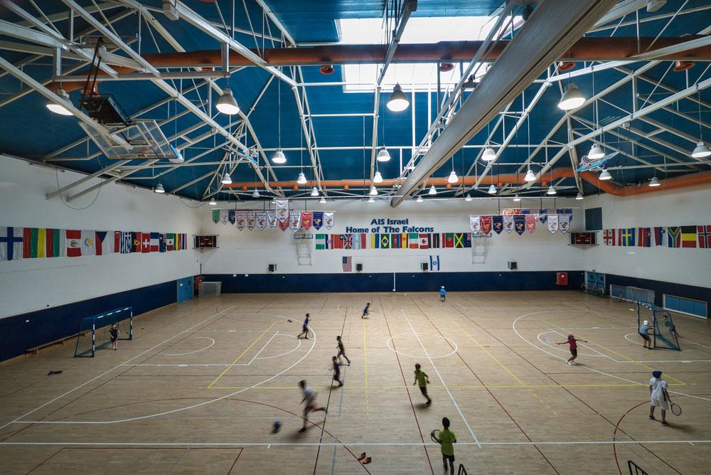 אולם הספורט הוא רק אחד משורה של מתקני ספורט, ובהם בריכת שחייה, מגרשי טניס וחדר כושר (צילום: איתי סיקולסקי)