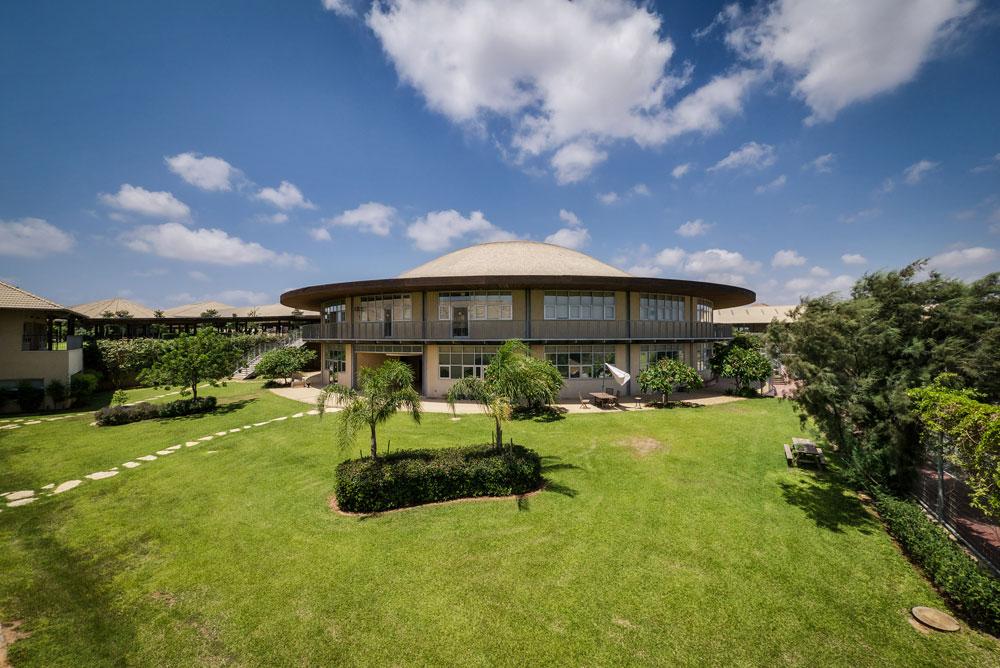 בית הספר האמריקאי באבן יהודה: 70 דונם, 14 אלף מ''ר שטחים בנויים, עלות הקמה של כ-150 מיליון שקלים  (צילום: איתי סיקולסקי)