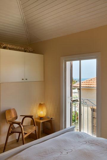 הקובייה בחדר השינה היא הדופן הפנימית של מרפסת השכנים. עליה תוכנן ארון, ועליו הונח פסל של עינן כהן (צילום: אסף פינצ'וק)