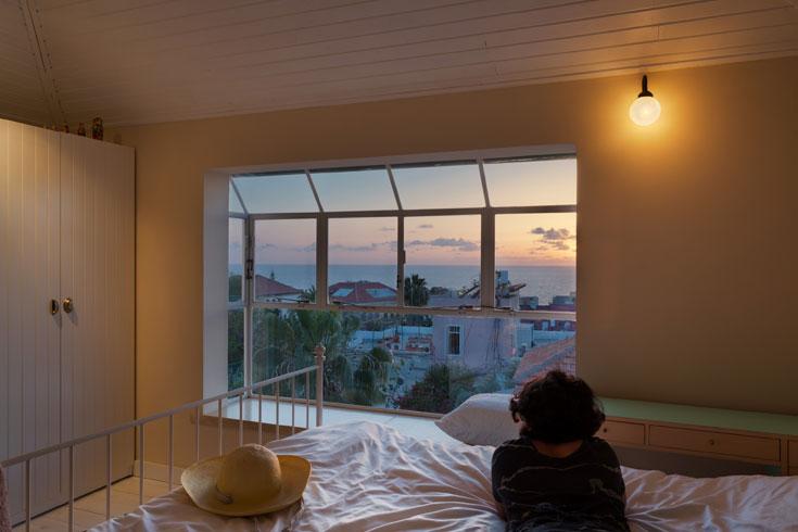חדר שינה שמשקיף על יפו מלמעלה (צילום: אסף פינצ'וק)