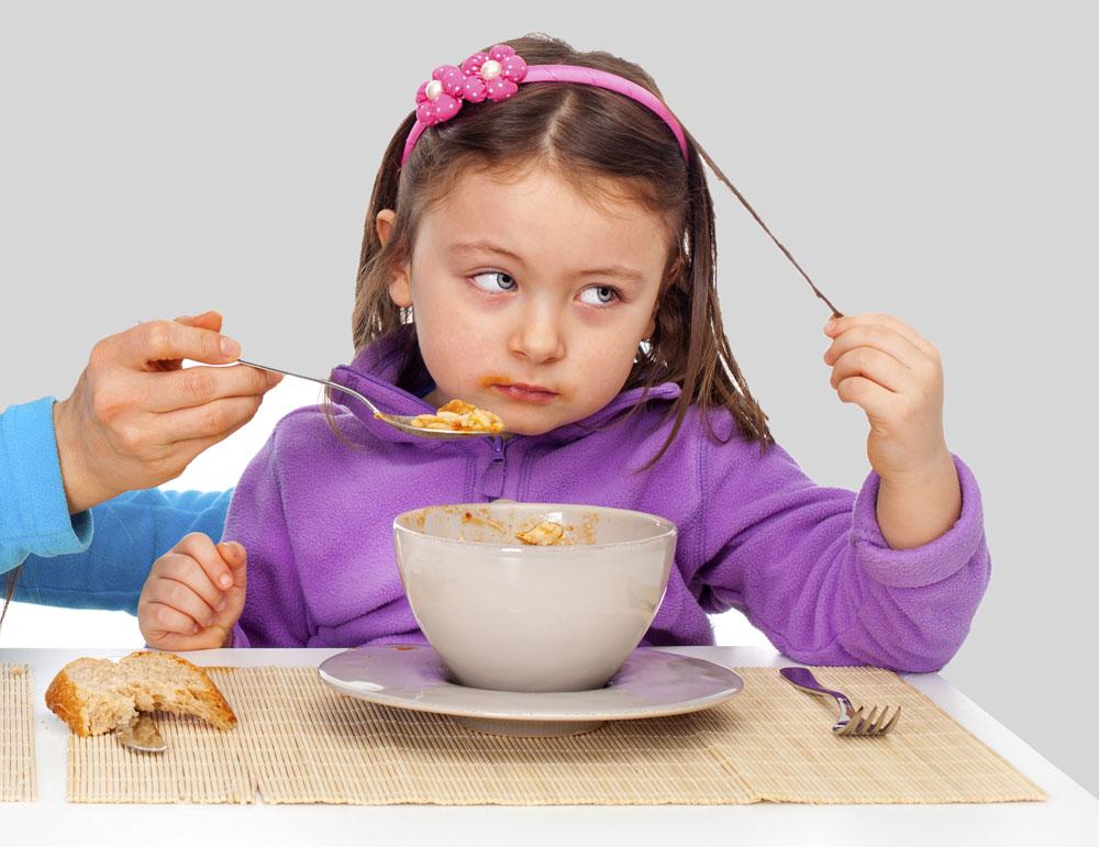 אפשר לנסות לשכנע לטעום, במיוחד אם מדובר במזון חדש או כזה שלא אוכלים בארוחה אחרת במהלך היום, אך בשום אופן לא להתחנן, להכריח או חלילה להאכיל בכוח (צילום: thinkstock)