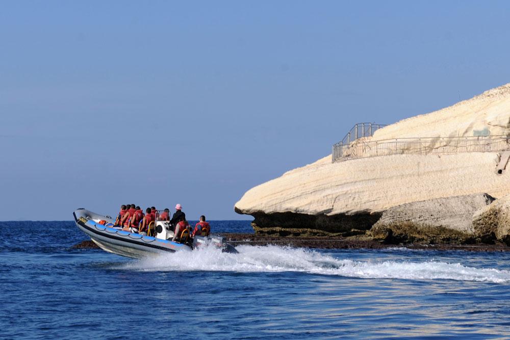צוק ראש הנקרה. מגיעים עם סירת הטורנדו עד לנקרות (צילום: עמיקם חורש, באדיבות אוצרות הגליל)