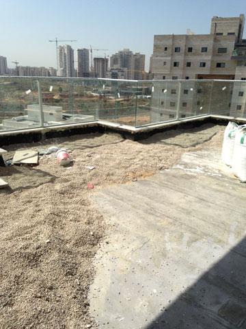 בונים את הגג בשכונת כפר גנים בפתח תקווה (צילום: אמיר גולן)