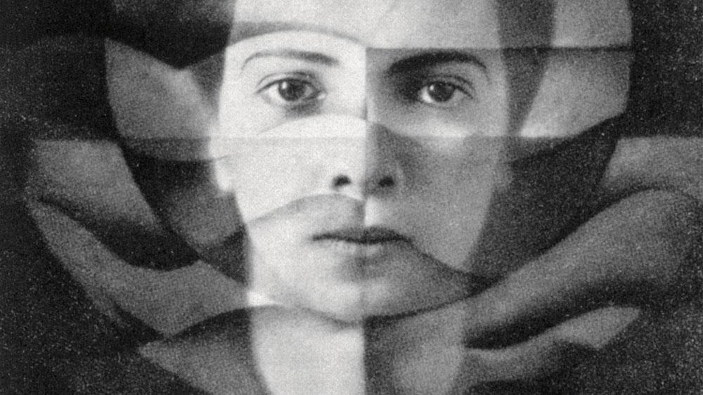 """הצלמת אלזה ארנשטיין סימון-נוילנדר (Yva). """"מה שחשוב לי בתמונות הוא לשחרר את המהות הפנימית של הצילום מהקישוטים הזרים, ובאותו הזמן, לנצל את האפשרויות האמנותיות של צילום טהור באופן המלא ביותר"""", כתבה בשנות ה-20"""