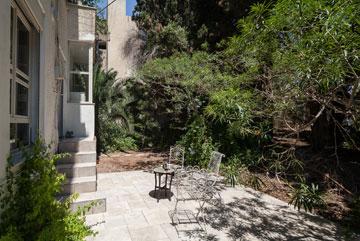 חמש מדרגות מפרידות בין דלת היציאה לגינה לבין הרחבה המרוצפת (צילום: טל ניסים)