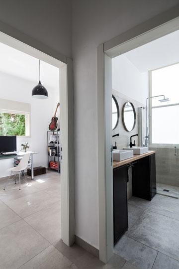 מימין: חדר הרחצה, עם שני כיורים ושתי מראות עגולות. משמאל: חדר העבודה (צילום: טל ניסים)