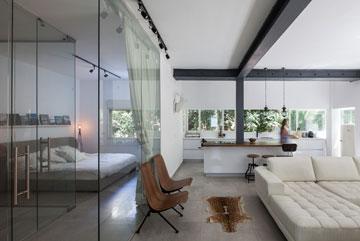 מחיצת הזכוכית מסייעת בהעברת אור מהסלון לחדר (צילום: טל ניסים)