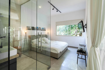 החלון הורחב, מעל המיטה ספרי עיצוב ואדריכלות (צילום: טל ניסים)