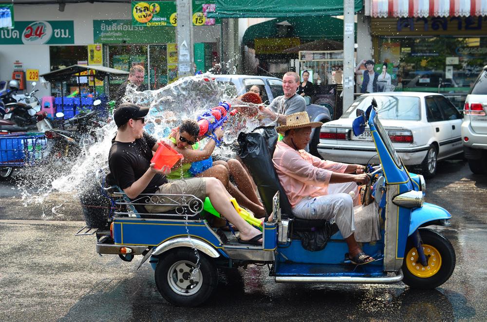 פסטיבל  המים סונגקראן (Songkran) בתאילנד. מלחמת המים הגדולה והמושקעת בעולם כולל מוזיקה, ריקודים והמון אלכוהול (צילום: shutterstock)