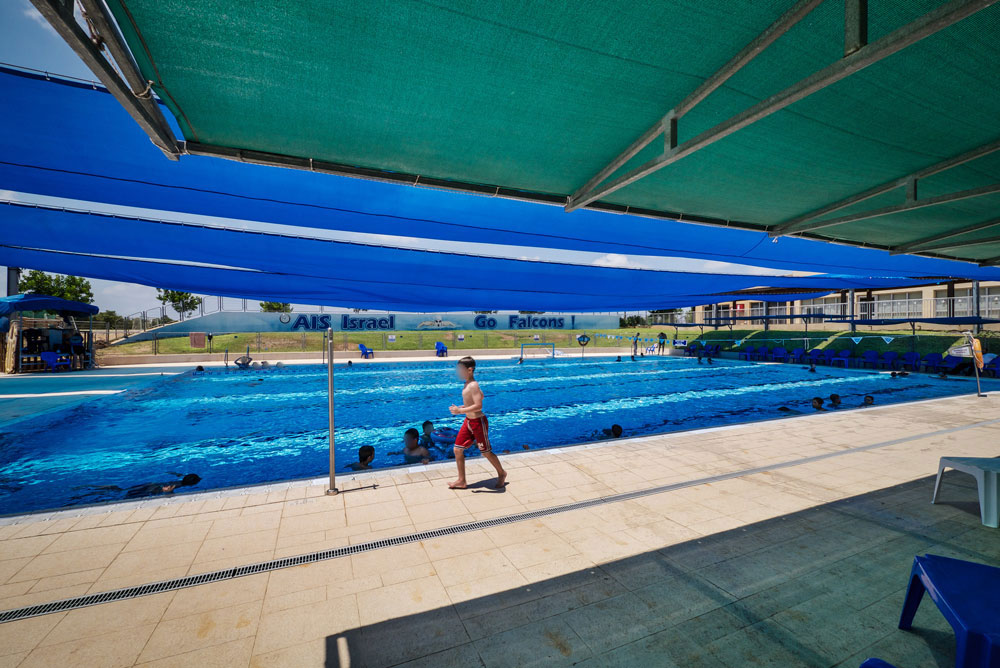 הבריכה. אלמלא הכיתות, אפשר היה לחשוב שמדובר בקאנטרי קלאב (צילום: איתי סיקולסקי)