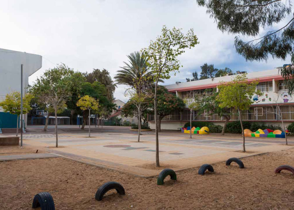 לא רק כיכרות מרכזיות משתתפות בפרויקט, אלא גם חצר בית הספר ''עלומים'' שנמצאת בין שלושה מבנים ומשרתת גם את הציבור הרחב (באדיבות מוזיאון העיצוב חולון)