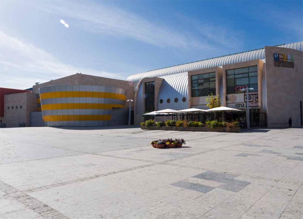 רחבת המדיטק של חולון היא אחת המרכזיות בעיר, אך חשופה לשמש ולכן ריקה רוב שעות היום. איך מעודדים את הציבור להיות בה? (באדיבות מוזיאון העיצוב חולון)