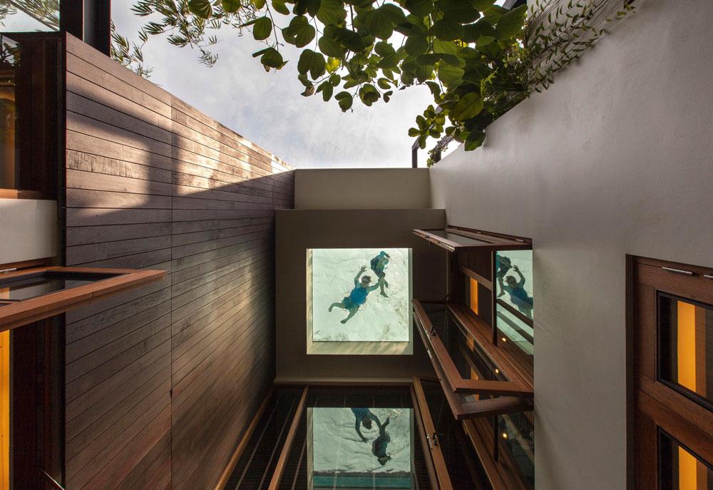 מבט מתוך הפטיו בקומת הקרקע, שמלווה את הבית לגובה שתי קומותיו ומסתיים בקרקעית הבריכה (צילום: Sanjay Kewlani)