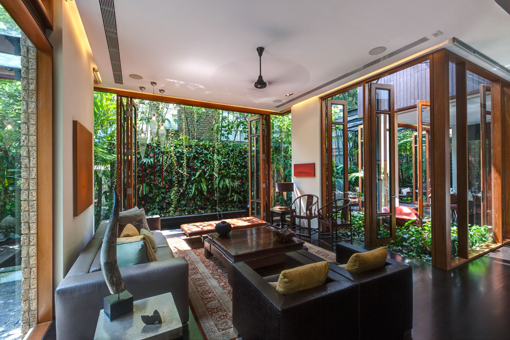 הסלון. כשהחוץ כל כך דומיננטי, צריך רק רהיטים שלא יפריעו (צילום: Sanjay Kewlani)