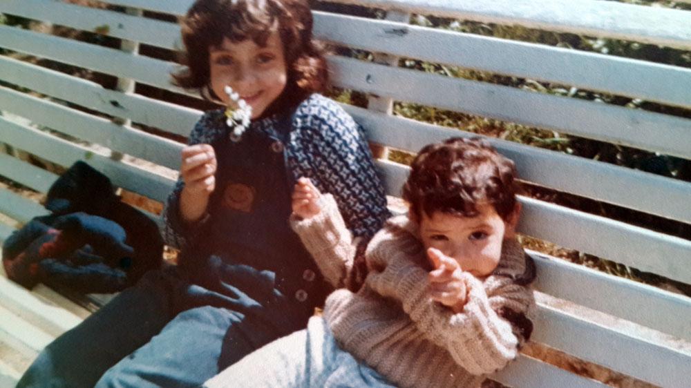 """""""היה מאוד לא פשוט לגלות בגיל שש שהעובדה שאני יודעת כבר הכל בשיעורי ערבית מדוברת זה משהו שעדיף להסתיר"""". קארין ארד בת שש (משמאל), עם אחותה בת השנתיים אלין (מתוך האלבום הפרטי)"""
