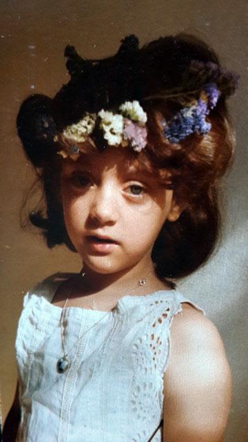"""""""לא היה פשוט להבין בגיל הזה שאם אתה לא שייך לקבוצה של החזקים, אתה בבעיה"""". קארין ארד בת ארבע, בחיפה (מתוך האלבום הפרטי)"""