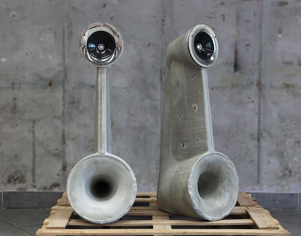 בטון גבוה: רמקולי הבטון של שמואל לינסקי, בוגר שנקר, מהדהדים את הצליל שמתחיל ברמקול למעלה ויוצא למטה