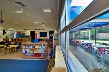 שולחנות וכסאות גם מחוץ לכיתה (צילום: איתי סיקולסקי )