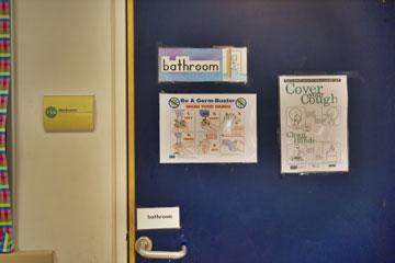 דלת הכניסה לשירותים (צילום: איתי סיקולסקי )