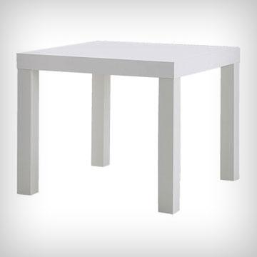 שולחן לאק של איקאה. המחיר הזול הופך אותו למאוד זמין, ומאפשר גם קניה של כמה שולחנות ושילוב בצבעים שונים
