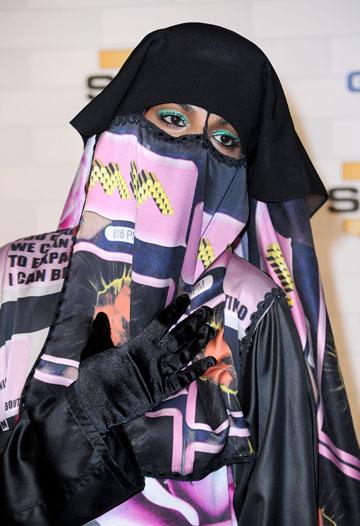 הזמרת M.I.A מכסה את הפנים על השטיח האדום, 2010 (צילום: gettyimages)