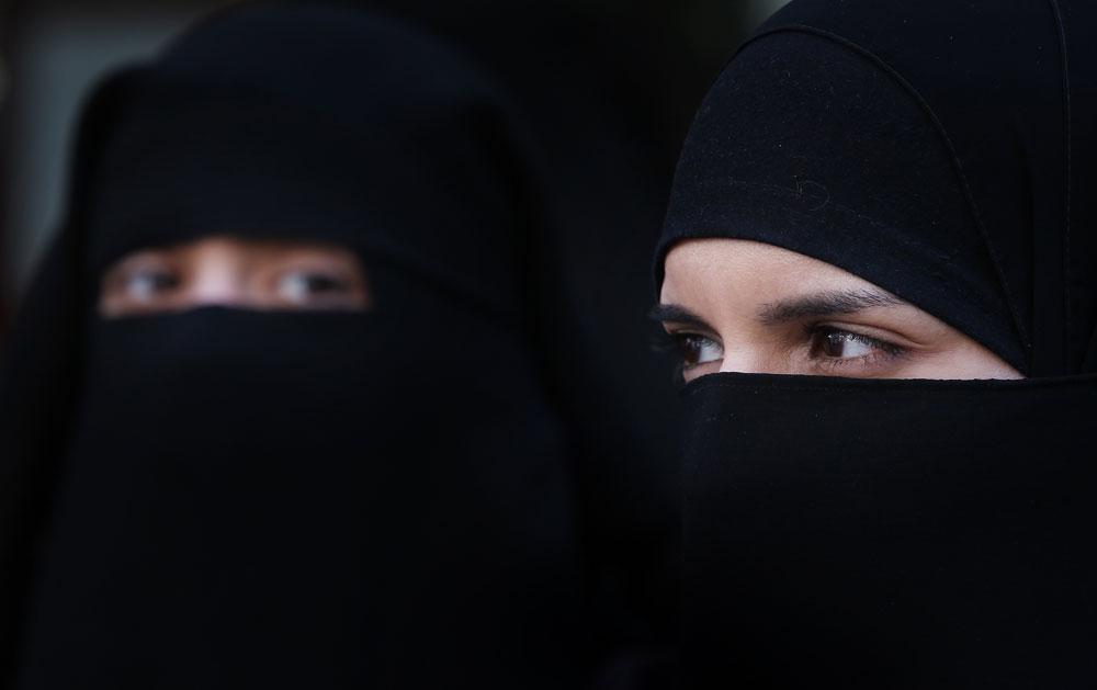 בקרוב ברשתות האופנה? נשים מוסלמיות בניקאב, כיסוי ראש החושף את העיניים בלבד (צילום: gettyimages)