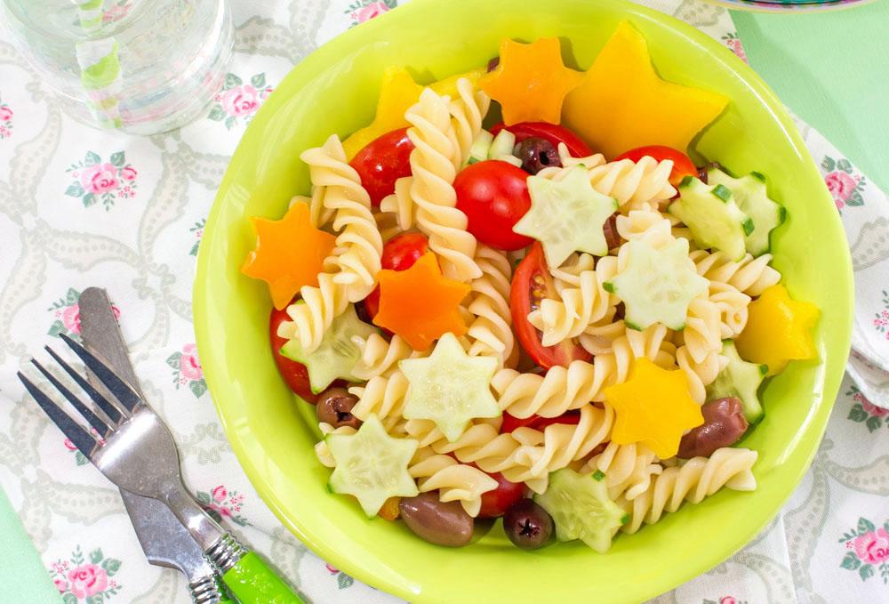 אפשר לשדרג עם גבינה. סלט פסטה עם כוכבי ירקות (צילום: דודו אזולאי, סגנון: ענת לבל)