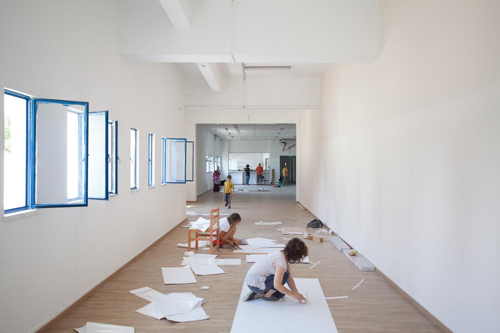 ''אין מיליון דברים על הקירות. החללים יותר רגועים. הלימוד בגיל צעיר נעשה דרך החוויה החושית, ואנחנו מייצרים סביבה שמרגיעה את הילד'', מסבירה המנהלת (צילום: טל ניסים)