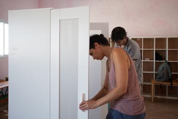 מתקינים דלתות, בשבוע שעבר (צילום: טל ניסים)