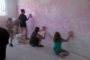 צובעים את אחת הכיתות בוורוד (צילום: שי פרץ)