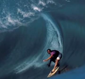 הגלים נשברים כמה מטרים מעל שונית אלמוגים חדה. טיהפו, טהיטי (מתוך יוטיוב)
