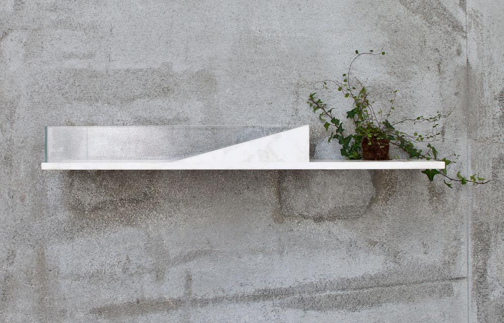 מתוך הקולקציה של האדריכלים פיצו קדם ואירנה גולדברג: כיור מזכוכית על מדף אבן, שעוצב בהשראת קרחון (צילום: עמית גרון)