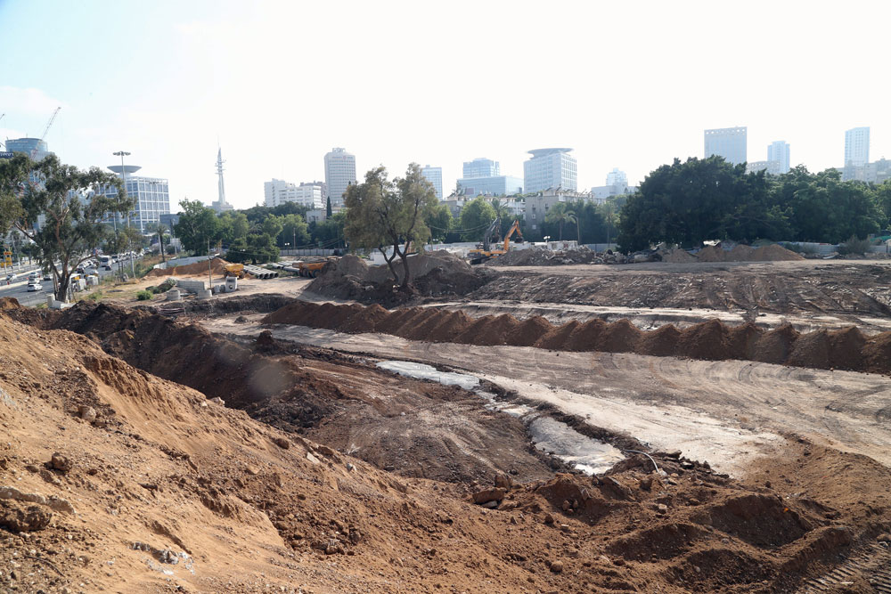 האם כך ייראה בקרוב גם אזור גן החשמל, שהפך בעשור האחרון לאחד ממתחמי האופנה הבולטים בתל אביב? החפירות לרכבת הקלה מול תחנת ארלוזורוב (צילום: יריב כץ)