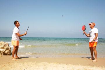 הקים מוזיאון למטקות. מוריס צדוק במהלך משחק על החוף  (צילום: קובי בכר)