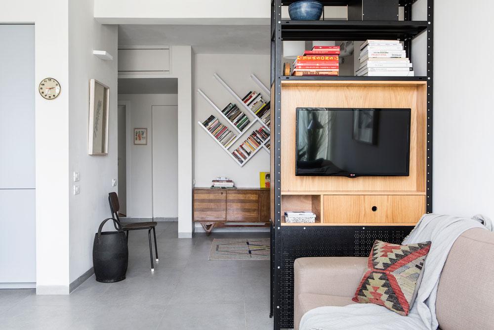 מבט מהסלון אל המבואה ואזור חדרי השינה. במקור הייתה הדירה בת 45 מ''ר, והיא הורחבה בממ''ד קטן ובחדר גדול נוסף (ראו תוכניות בסוף הכתבה) (צילום: איתי בנית)
