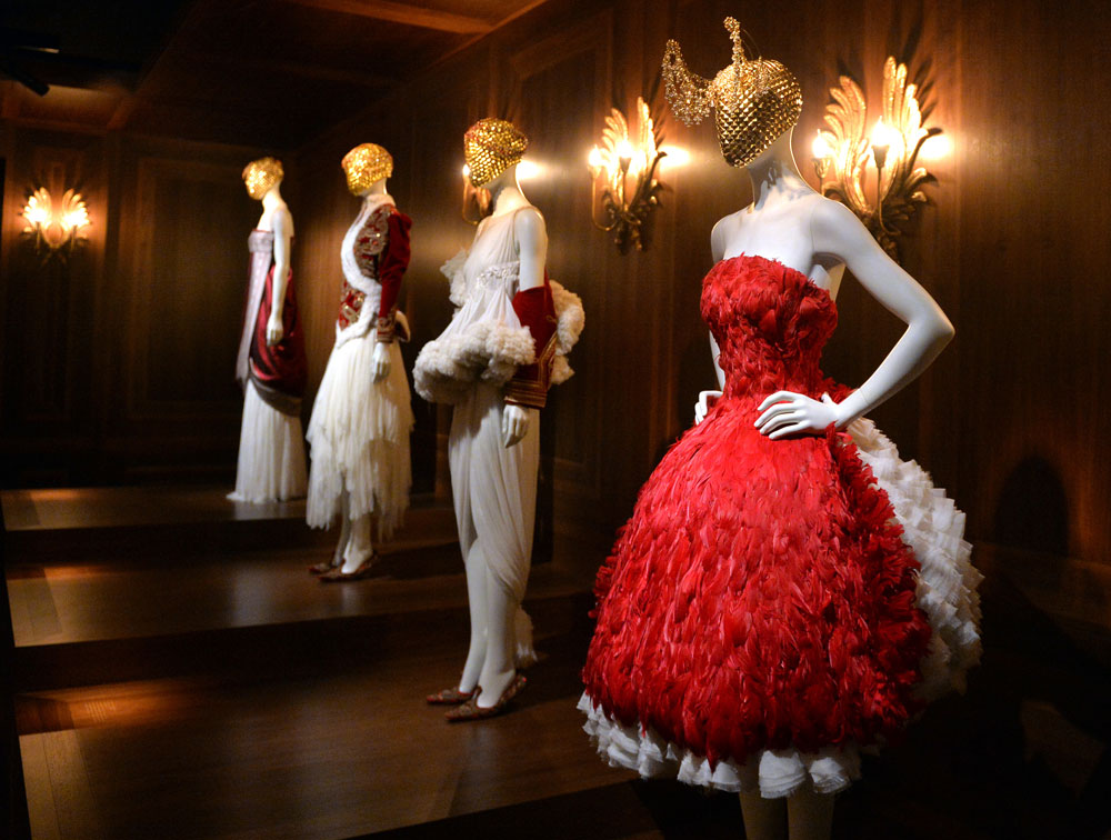 """התערוכה """"אלכסנדר מקווין: יופי פראי"""" במוזיאון ויקטוריה & אלברט בלונדון. מחיר כרטיס עמד על 99 שקל (צילום: gettyimages)"""