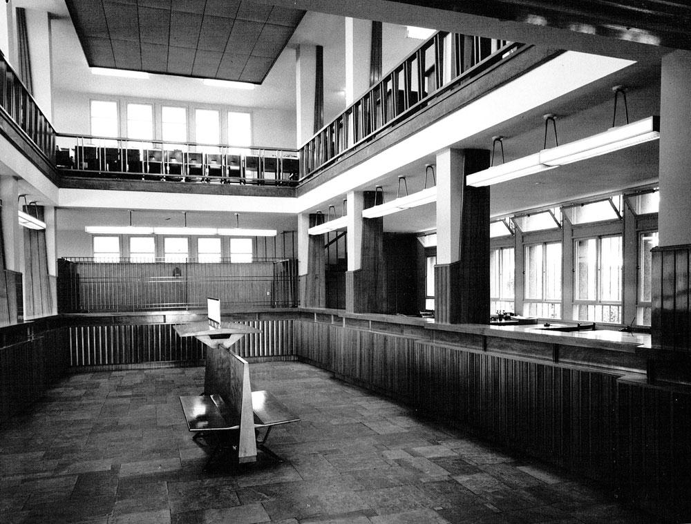 קומת הכניסה עם דלפקי הבנקאים. הבנק החל לקרוס בשנות ה-80, ומאז מכירתו בעשור שעבר היו ניסיונות להרוס אותו לטובת בית מלון. למרות אישורו של מהנדס העיר הקודם, חזי ברקוביץ', בסופו של דבר דואגים לשימור