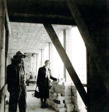 שולמית ומיכאל נדלר באתר הבנייה ב-1955. שורה של מבני ציבור ייצוגיים ומרשימים