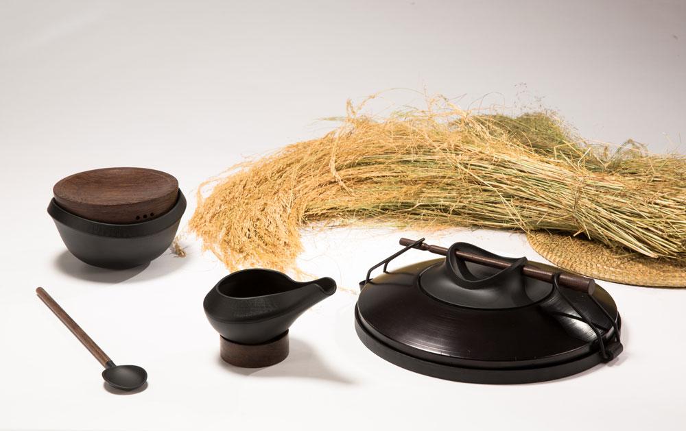סט כלים להכנת לחם האינג'רה האתיופי המסורתי במטבח המודרני. לצורך מחקר נסעה המעצבת, דנה דויב, לאתיופיה: ''בפרויקט אני מבקשת לפתוח לטף, הדגן האופייני לאתיופיה, שהוא בעל ערכים תזונתיים גבוהים, את הדלת לתרבות המערבית המודרנית, להיכנס למטבח באמצעות כלים חדשים'' (צילום: עודד אנטמן)