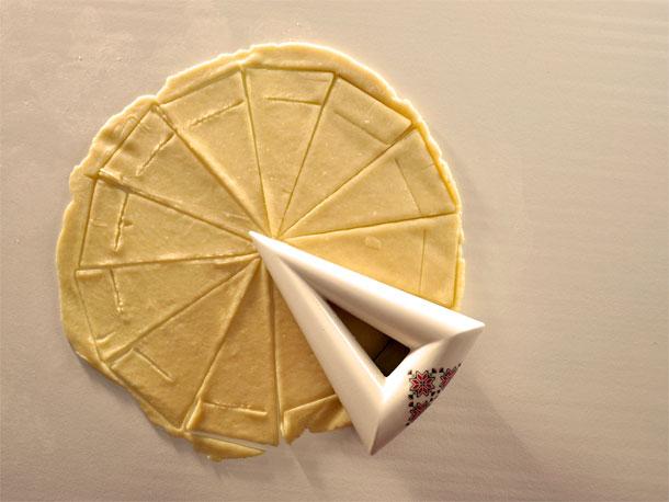 חותכן ליצירת קרואסונים רומניים במילוי רחת לוקום (צילום: עדי צבי, באדיבות HIT  מכון טכנולוגי חולון)