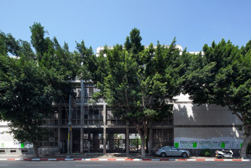דופן מסחרית לרחוב קרליבך. עבודות השיפוץ של חנות ''לקסוס'' מקדימות את השימור והשיפוץ הכלליים (צילום: טל ניסים)