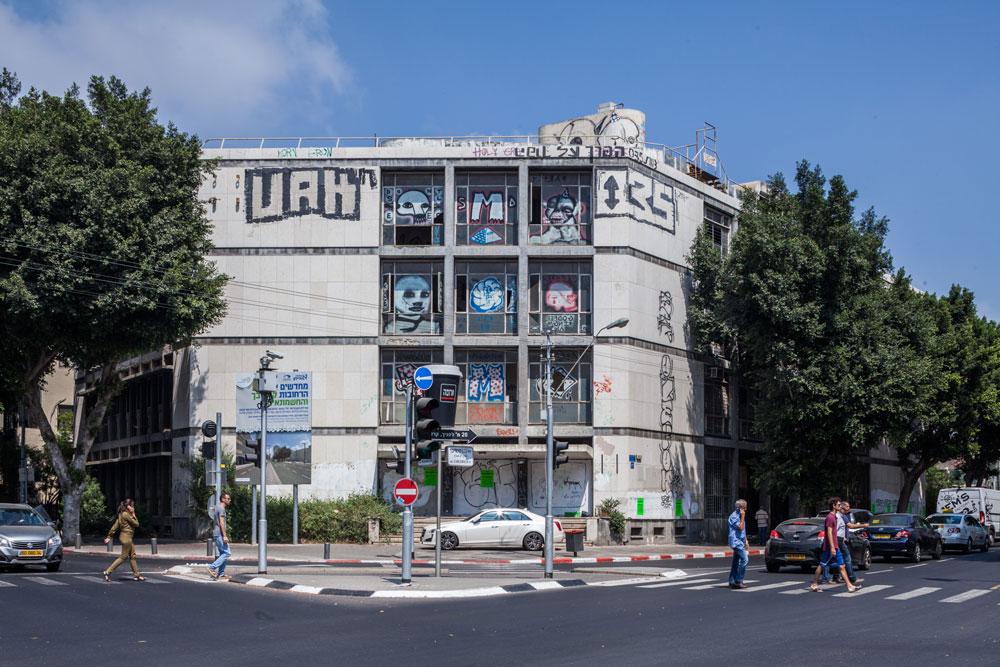 כשהוא מתייחס לשני הרחובות השוקקים שהוא מפגיש, ''בנק החקלאות'' הוא אחד ממבני הציבור החדשניים והמלוטשים שתוכננו בישראל הצעירה של שנות ה-50 (צילום: טל ניסים)