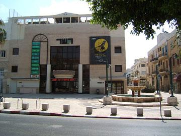 המשכן הנוכחי של ''גשר'' בשדרות ירושלים ביפו. מסרבים לומר מי יחליף אותם (צילום: Eyal72, cc)