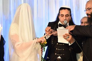 """""""עשינו חתונה דתית, עילית שמה הינומה כבדה, בחופה אף אחד לא ראה אותה"""" (צילום: גיא הפקות)"""