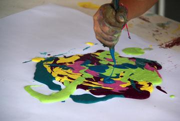 גוזרים את אחת הפינות ומתחילים לצייר (צילום: ענבל עופר )